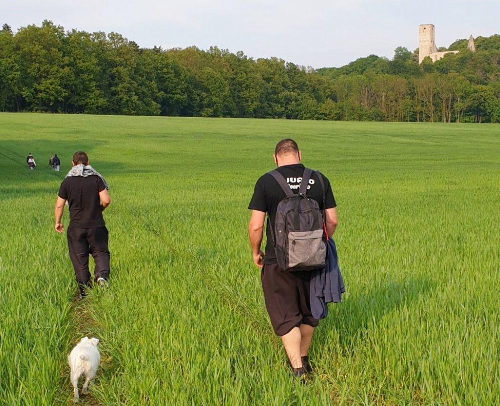 Cesta viedla naokolo cez polia, pred nami ďalší zblúdilí turisti